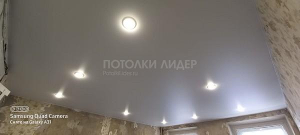 Простой, ровный натяжной потолок со светильниками